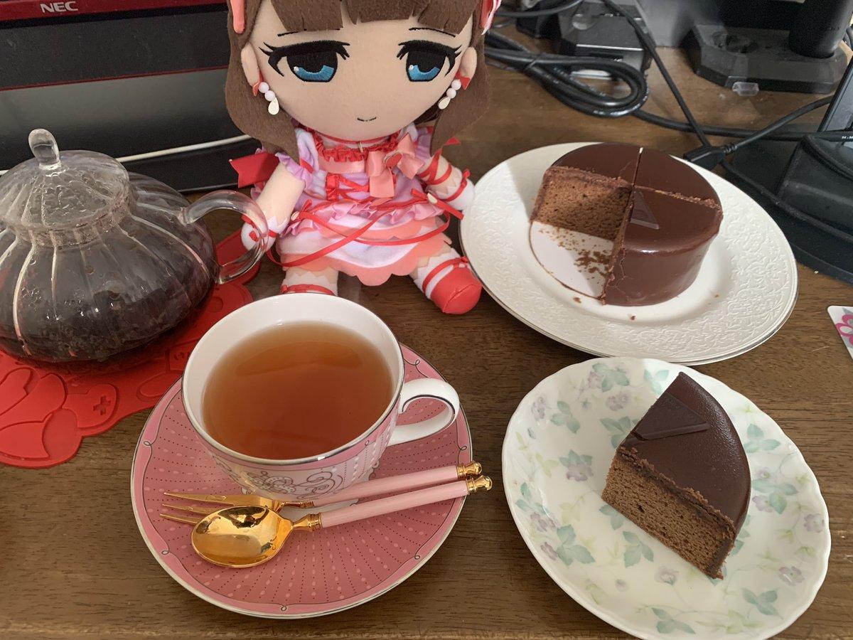 test ツイッターメディア - ザッハトルテでアフタヌーンティーですよぉ🎀 「デメル」というブランドで、地元の百貨店で母の日ということでの今日だけの限定販売でした。 恥ずかしながら勉強不足で、全く存じ上げませんでしたが、びっくりする程美味しいです……😇  #アイマス紅茶部 #お紅茶とまゆ https://t.co/f8fJDKGR82