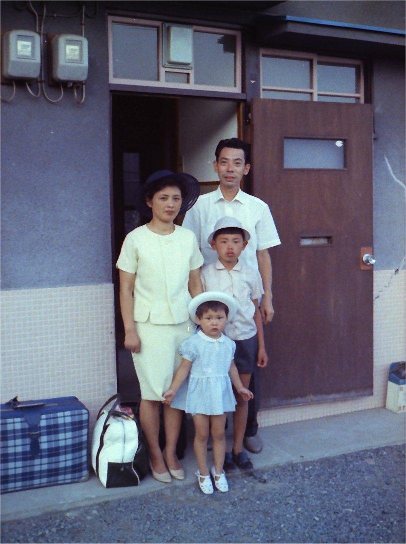 test ツイッターメディア - 今、ボクが住んでるのは母方の祖父母の家があったところを分割したところ。ここで母は中学~大学、そして結婚するまで住んでいた。道の向かいに、毎日新聞に勤めていた人がいて、その人の紹介で父の縁談が持ち込まれたそうだ。父はこの写真に釣られた訳だな。運命ですなぁ。Happy Mother's Day. https://t.co/WH6lMeIQSV