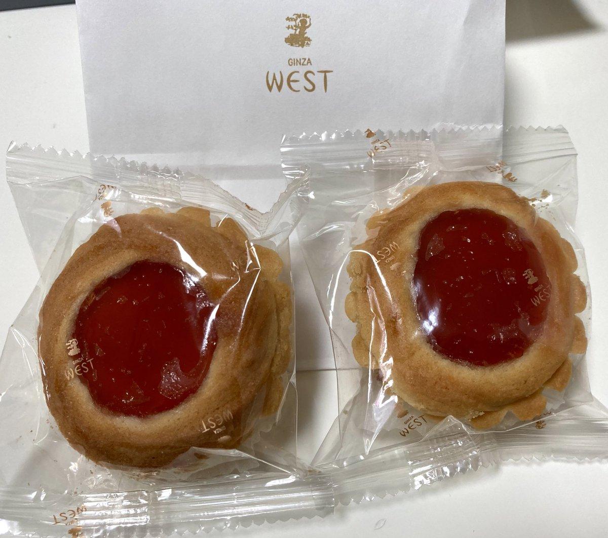 test ツイッターメディア - 銀座ウエスト WEST  ヴィクトリア 194円  通りすがりについ購入。だって美味しいんだもん。苺ジャムとホロホロサクサクのクッキーの絶妙なバランスが最高です。 色んなドライクッキーの詰め合わせもいいけど、贈答用にはヴィクトリア1種類だけのを選んでしまう。 https://t.co/eOAd06nJ6b
