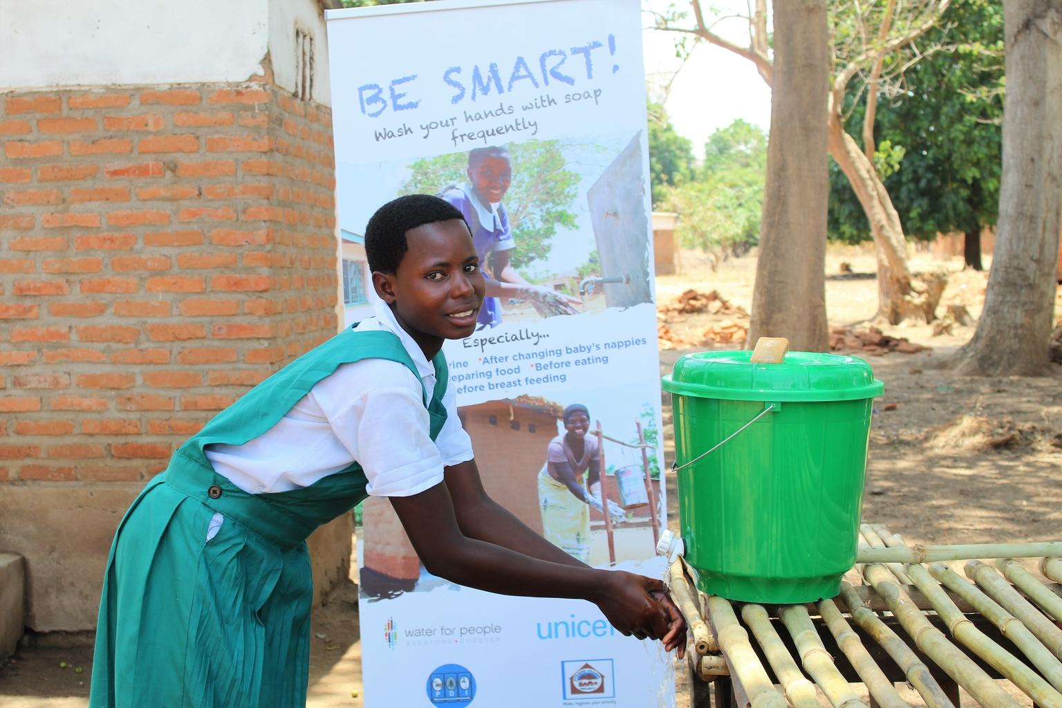 Washing your hands with soap and water like this student is one of the most effective ways to prevent #COVID19.  UNICEF is working to provide every child with a source of safe water no matter who or where they are.  #COVID19Malawi #COVID19Prevention https://t.co/iZVvAJKNst