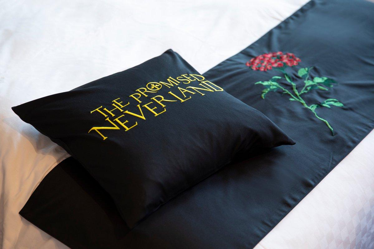 test ツイッターメディア - 【コラボ情報】 ホテル京阪×約ネバコラボ、クッションカバーとフットスローが完成しました😊 黒地に作品ロゴ・ヴィダの花がしっかり刺繍されており必見です。こちらはご宿泊頂いたお客様の中から抽選で2名様に新品セットをプレゼントいたします! ご予約はこちらから https://t.co/RbKU7RmYiI #約ネバ https://t.co/15Twj8CKLH