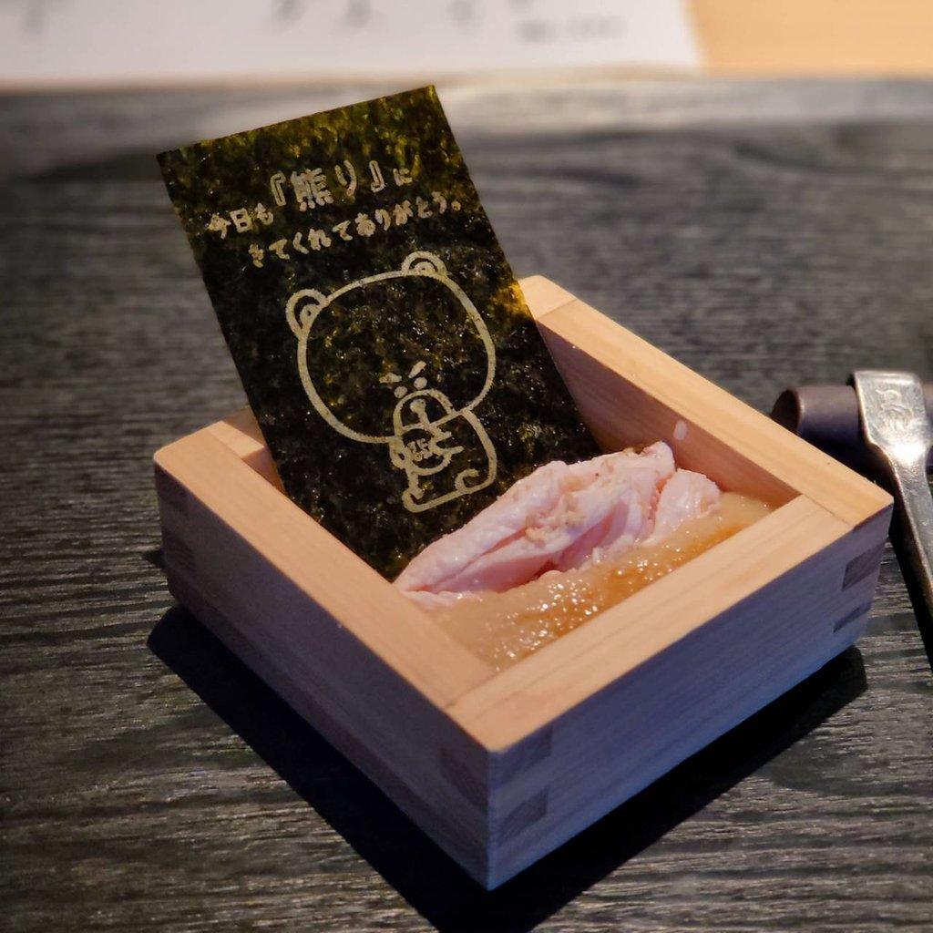 """test ツイッターメディア - 【熊の焼鳥 中目黒】 大阪発の会員制焼鳥店の東京1号店 🧸熊のキャラクターがかわいくて人気のお店  東京はまだオープン直後で予約すれば非会員でも利用可 基本コースに、さらに3種類追加して、締めの""""熊のたまごかけご飯""""までペロリ黒猫😸 https://t.co/3aaJ1aNdp3"""