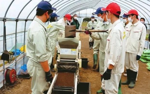 test ツイッターメディア - 旭川農業高の生徒が、酒造米栽培から始める初の日本酒造りに挑んでいます。 先月下旬にビニールハウスで種まきした「きたしずく」は10月に刈り取り、地元の高砂酒造の協力も得て醸造します。高校生なので試飲ができませんが、成人後の「乾杯」を計画しているそうです。https://t.co/AKbwvjPXFC #北海道 https://t.co/1l7ugzNFGH
