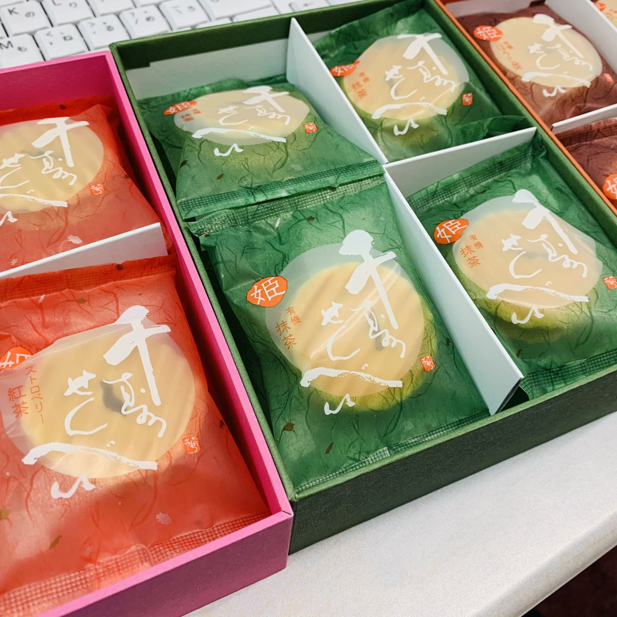 test ツイッターメディア - #本日の朝おやつでカスター  京都の有名な鼓月さんの千寿せんべい💕豪華な姫の3段重ね✨ストロベリー紅茶が🍓(๑♡ᴗ♡๑)🎶黙ってもう1セット食べようと思います )))  _('ー'_    )_ )))コソコソ ソォー https://t.co/U957URcv1A