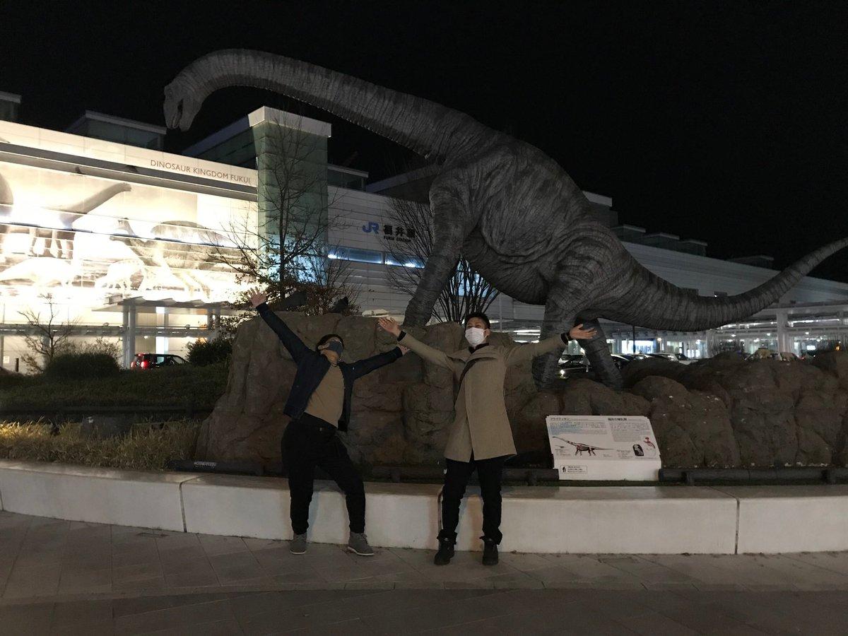 test ツイッターメディア - @Chrome_mellow 外に出た。灯りはあまり無い。 冬は雪が降り、毎朝、除雪作業。 秋吉の影響で、焼き鳥の消費量一位。 日本酒は黒龍が有名。 セブンとスタバが出来た時は大行列。 もちろん、コンカフェなどない。 近年の駅前は全て恐竜推し。 そこではしゃぐ後輩と私。 これが福井だ https://t.co/8P81Lqm2Lg