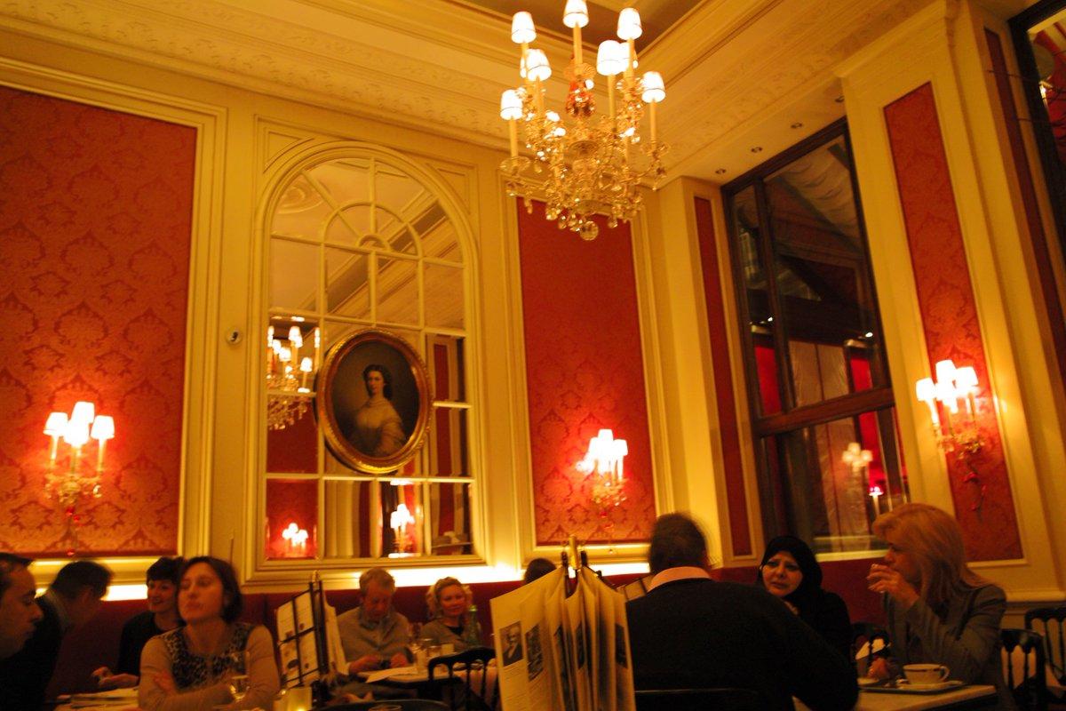 test ツイッターメディア - もう8年前。ウィーンでザッハトルテを食べようと、デメルと迷いつつ発祥の地へのリスペクトからホテル・ザッハーへ。味はもちろんながら、ホテルだけあって空間とサーブが素晴らしかった。食べ終えてもしばらく佇んでいた。また行きたい... https://t.co/82oiMSof9r
