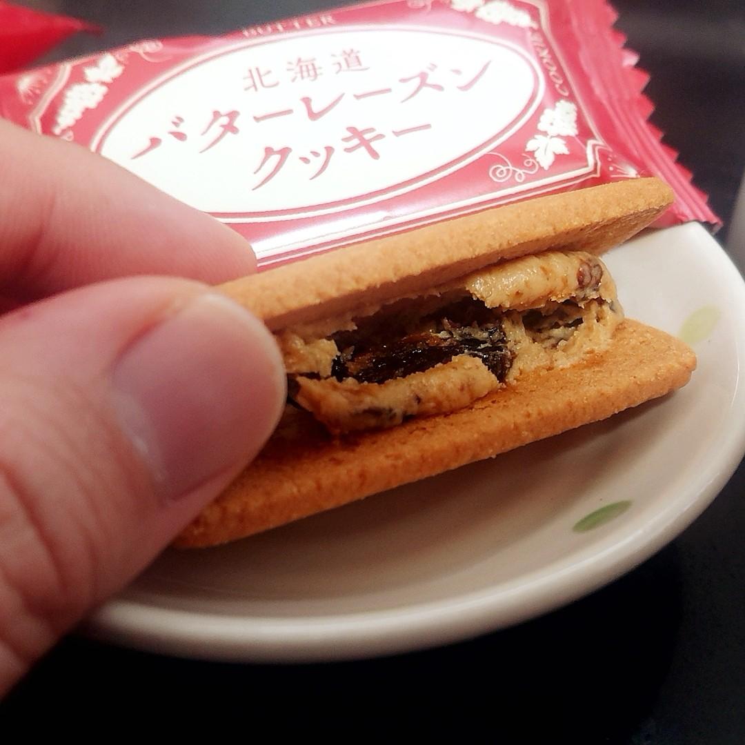 test ツイッターメディア - 本日のテレワーク中のおやつタイム ドリップコーヒー&KALDIさんのバターレーズンクッキー いわゆるマルセイバターサンド的なラムレーズン入バタークリームをサンドしたクッキーで2個入りながら200円前後のお手軽価格であの味を楽しめるのはなかなか良き(^q^) https://t.co/dnuXP9gKY1