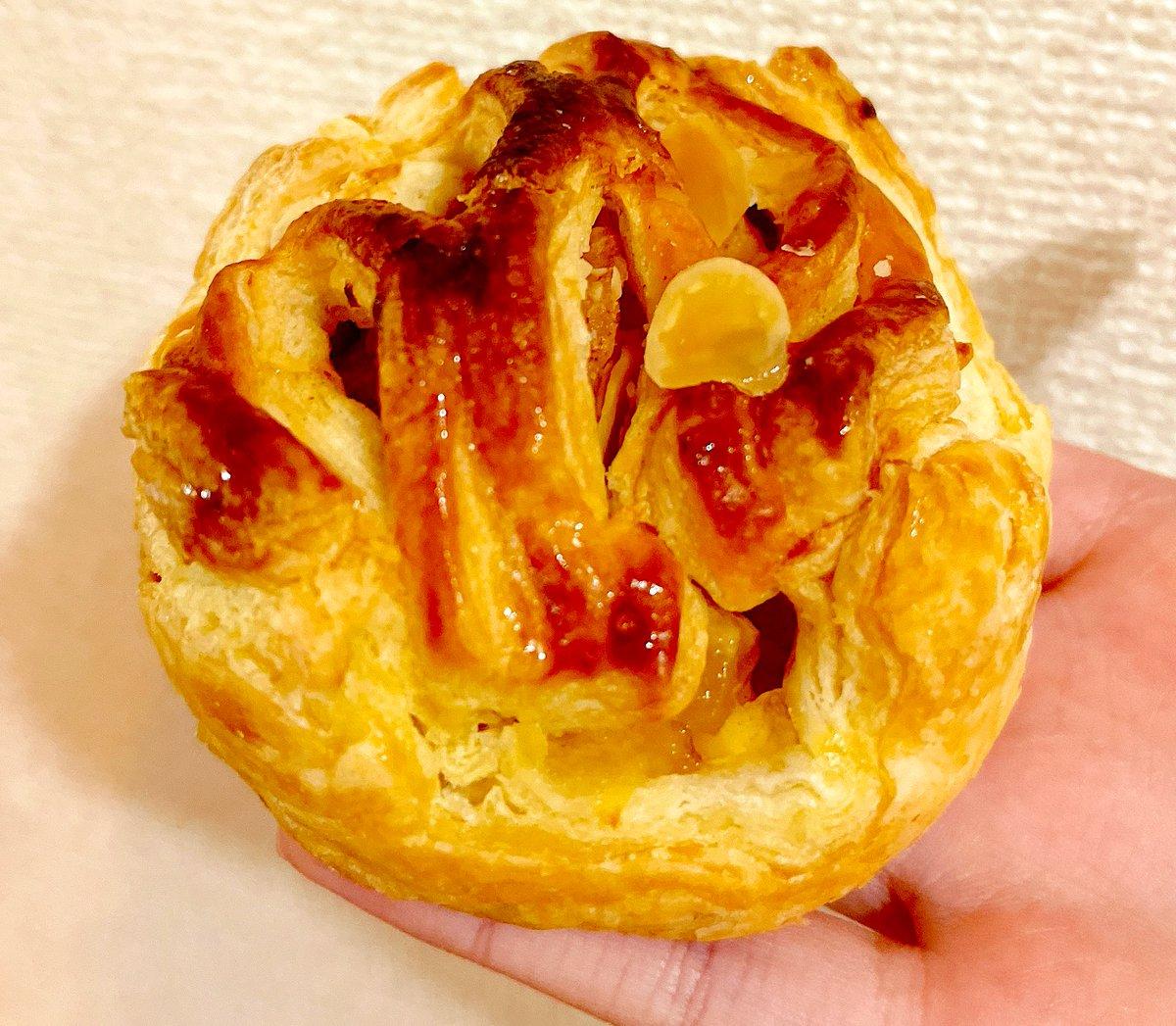 test ツイッターメディア - ローソン「陽まるアップルパイ」(税込270円、268kcal) ボール型風キュートなアップルパイ🍎お味はまさに王道…シナモンの効いた林檎は大ぶりで◎カスタードは甘さ控えめで相性抜群。ホームメイドっぽい小麦が香ばしいパイ生地はデニッシュほど脂っぽくなく、素朴な味。#ローソン #コンビニスイーツ https://t.co/1vbAq256gg