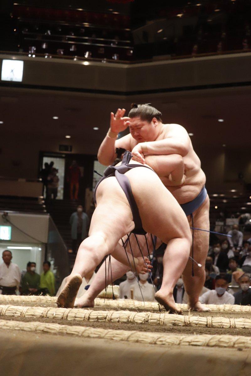 test ツイッターメディア - <四日目の様子> 幕内取組。 逸ノ城(3勝1敗)叩き込み 阿武咲(3勝1敗) #sumo #相撲 #五月場所 #夏場所 https://t.co/f6okHmTgr0