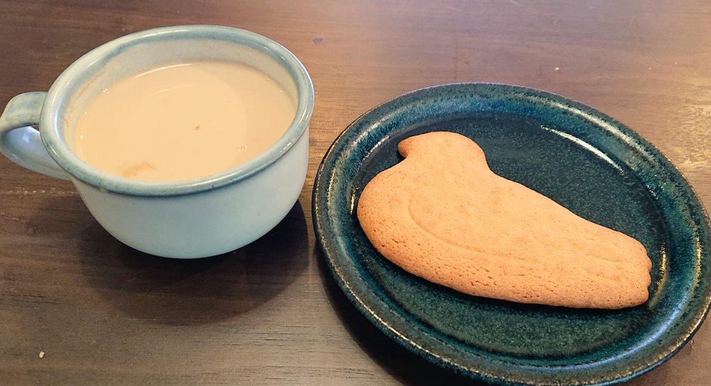 test ツイッターメディア - コーヒーや紅茶にビスケットを浸して食べるというのを聞いたことがありますが、鳩サブレーをチャイに浸してみましたところ…すっっっっごく美味しかったです!!!鳩サブレーがホロッホロになり、口の中ですぐとろけます。鳩が崩れ落ちる可能性があるので浸し過ぎには要注意ですが、オススメです…!! https://t.co/UcCEd6S5Zr