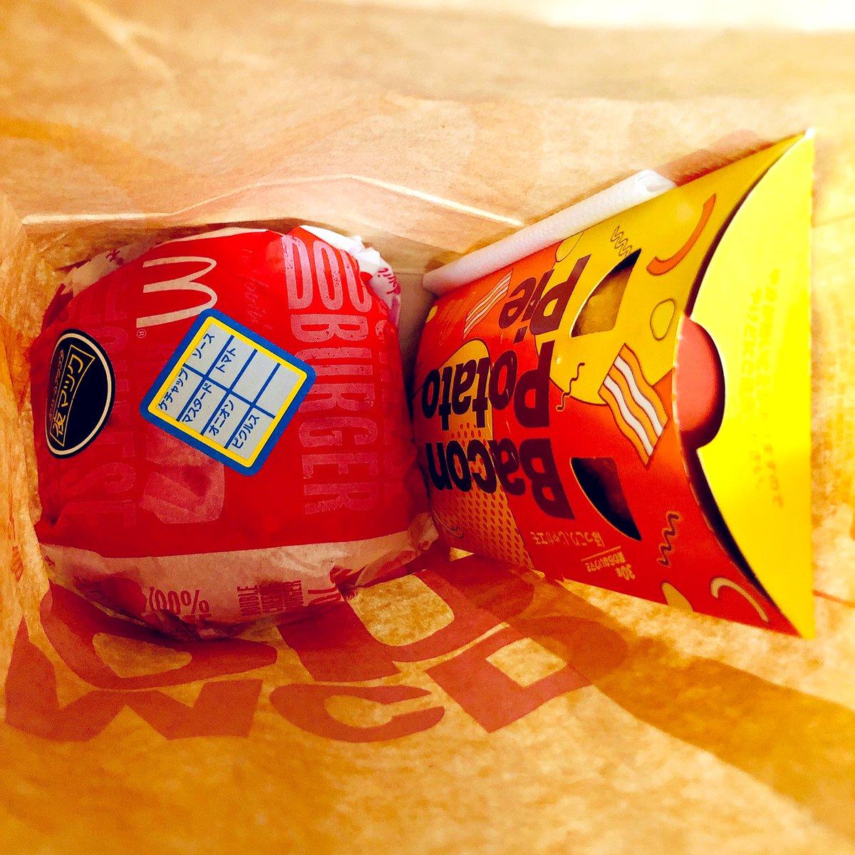 test ツイッターメディア - 昨日夜買った【ダブルチーズバーガー夜マック】と【ベーコントマト肉厚ビーフ】食べようと思って袋空けたらwww  【ベーコントマト肉厚ビーフ】が入っておらずwww【ベーコンポテトパイ】が入っていたwww  店舗に事情話したら全部作り直してくれたwww 昼なのに夜マック対応してくれたwww https://t.co/PDhs175mjr
