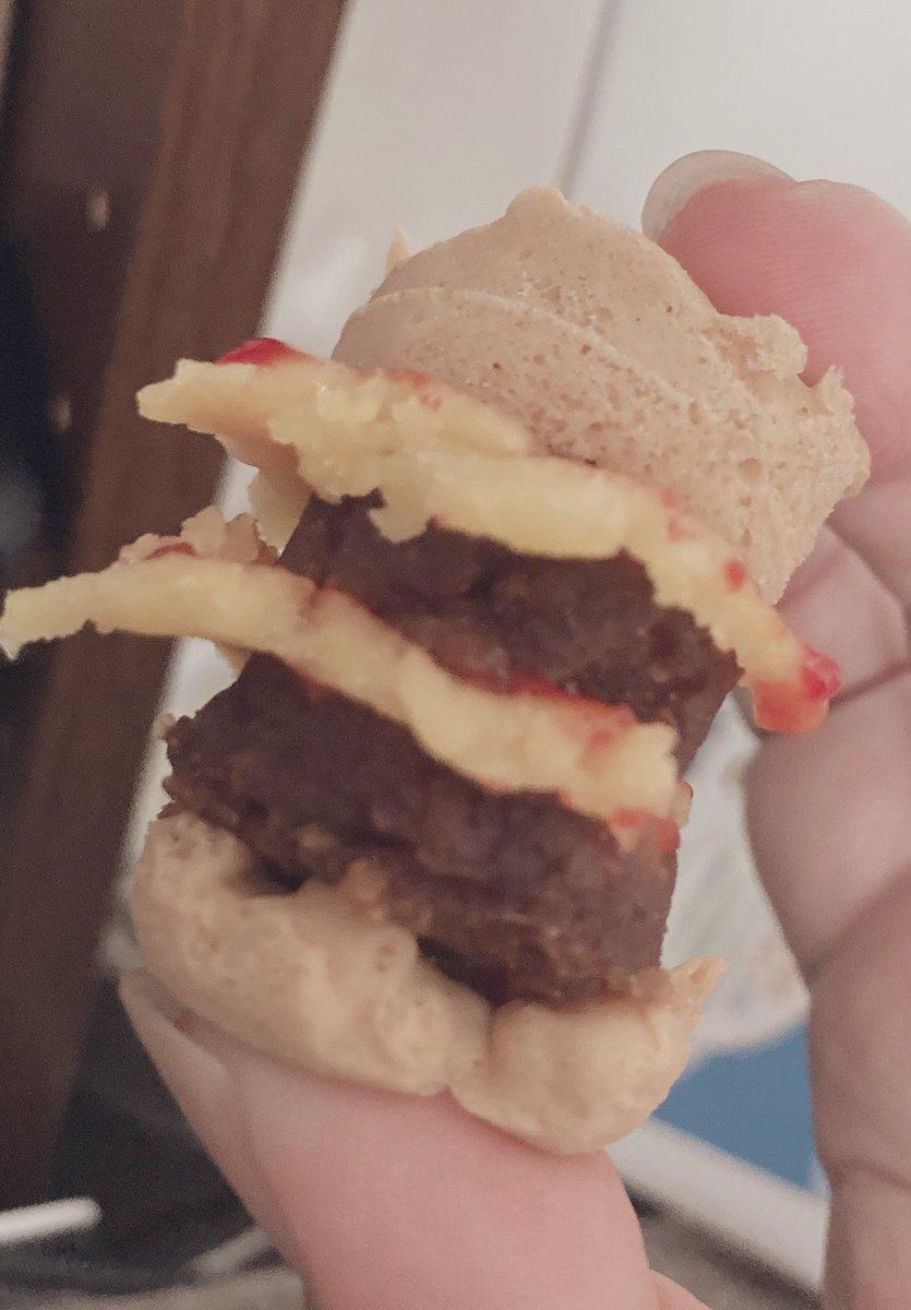test ツイッターメディア - 娘が知育菓子?みたいなのでハンバーガー屋さんしてるのは横目に見てたんだが、笑顔で差し出された私の為のおやつがまさかのダブルチーズバーガーで(最近夜マックを覚えた娘)ちょっと泣いちゃったな。  度胸は必要だったけど、普通にハンバーガーの味だし安心したw https://t.co/ClbmvSIbmY