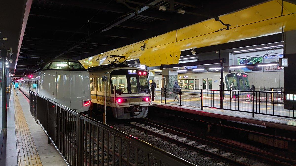 test ツイッターメディア - #鉄道ツーショット JR西日本にて 特急列車と快速列車 https://t.co/Umm37D7BtX
