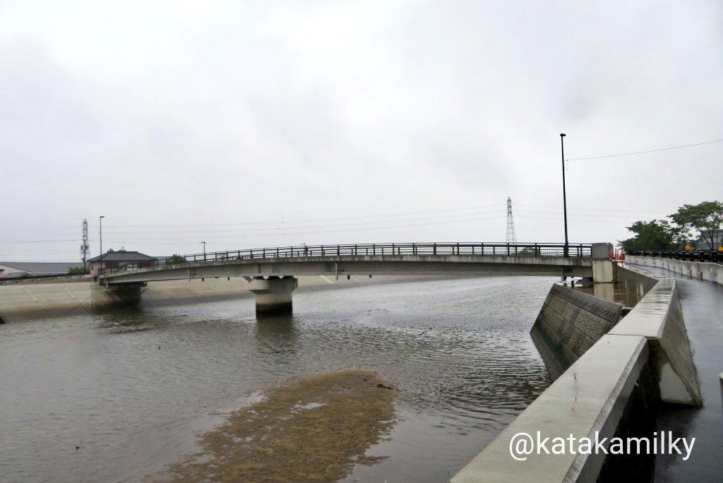 test ツイッターメディア - さて、ついにたどり着いた追分。 六軒町。 ここから三渡橋を渡り北へ進めば伊勢街道。 津から京、名古屋へ。 左手、川の南岸の初瀬街道。 伊賀(青山)越え大和、大坂へ。 道標 この道を進みます。 この橋付近は川幅拡張事業に伴う架替えで景観が変わってます。 https://t.co/rEXjrofBTh