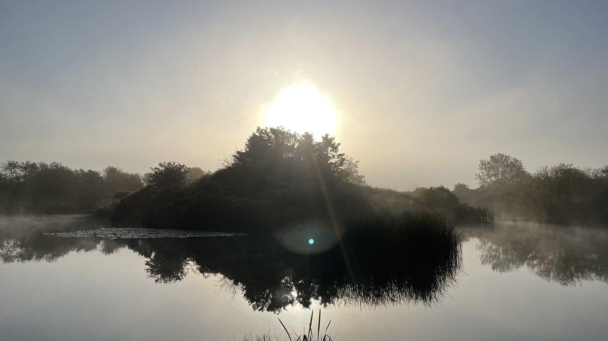 What a sun rise over the <b>Lake</b> today @hogg_dawn @bbcsoutheast @GaryNTrader @carlstanley1 #carp