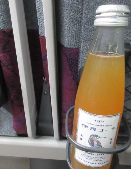 test ツイッターメディア - クラフトコーラの雄、伊良(いよし)コーラが買いやすくなりました。JR東京駅地下の横須賀・総武快速線コンコース階の売店に設置。ワンコイン500円です。#炭酸部 店内では常温で買えたもよう。#伊良コーラ https://t.co/zRwA0emJl6