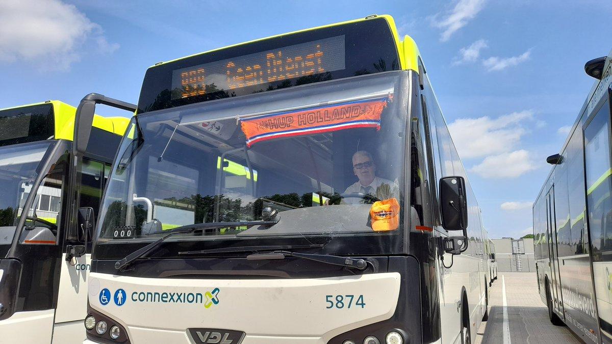 test Twitter Media - Bij deze #buschauffeur heeft de #oranje koorts ook toegeslagen . Een vrolijk versierde oranje #bus in de #Hoekschewaard @hoekschnieuws https://t.co/nqiXhwE931