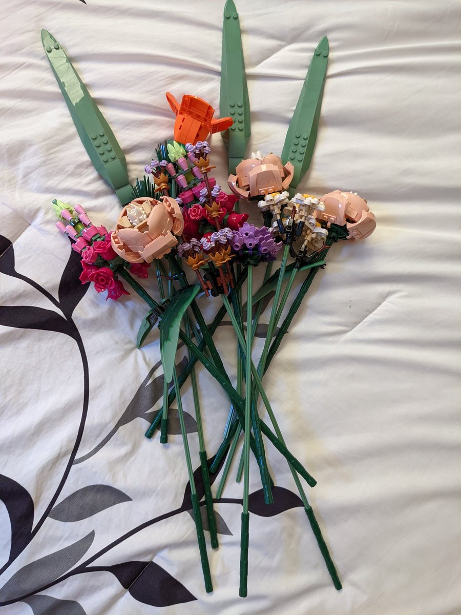 This Lego bouquet turned out amazing! I'm going to buy a cute vase for it and...