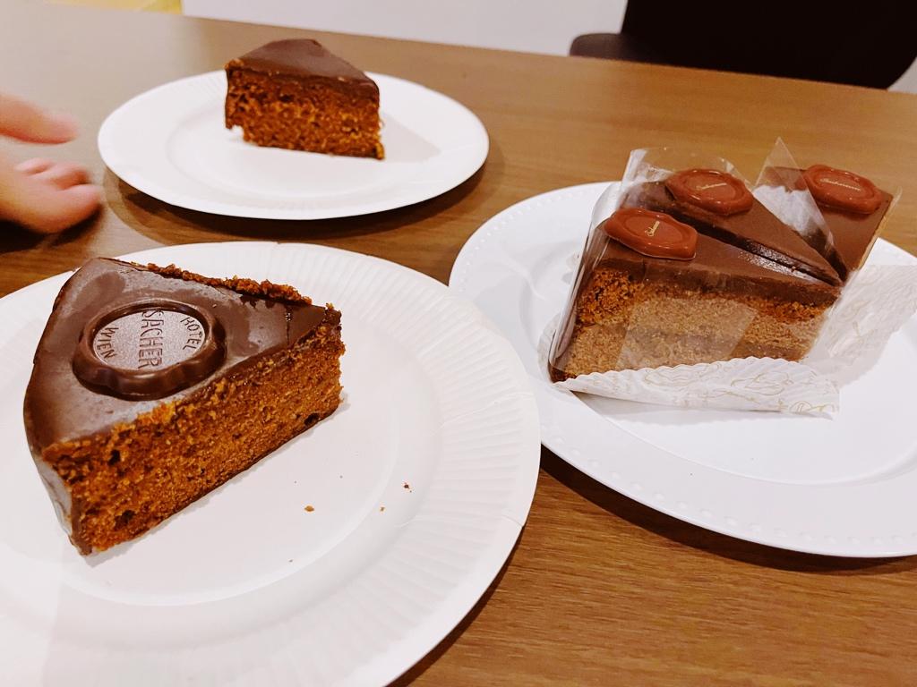test ツイッターメディア - 本場ウィーンから来たホテルザッハーのザッハトルテと、青山にあるデメルの日本製ザッハトルテの食べ比べ会。 ホテルザッハーの方が、杏の酸味と濃厚なチョコで、圧倒的好みだった。 https://t.co/R8dizmNpQG