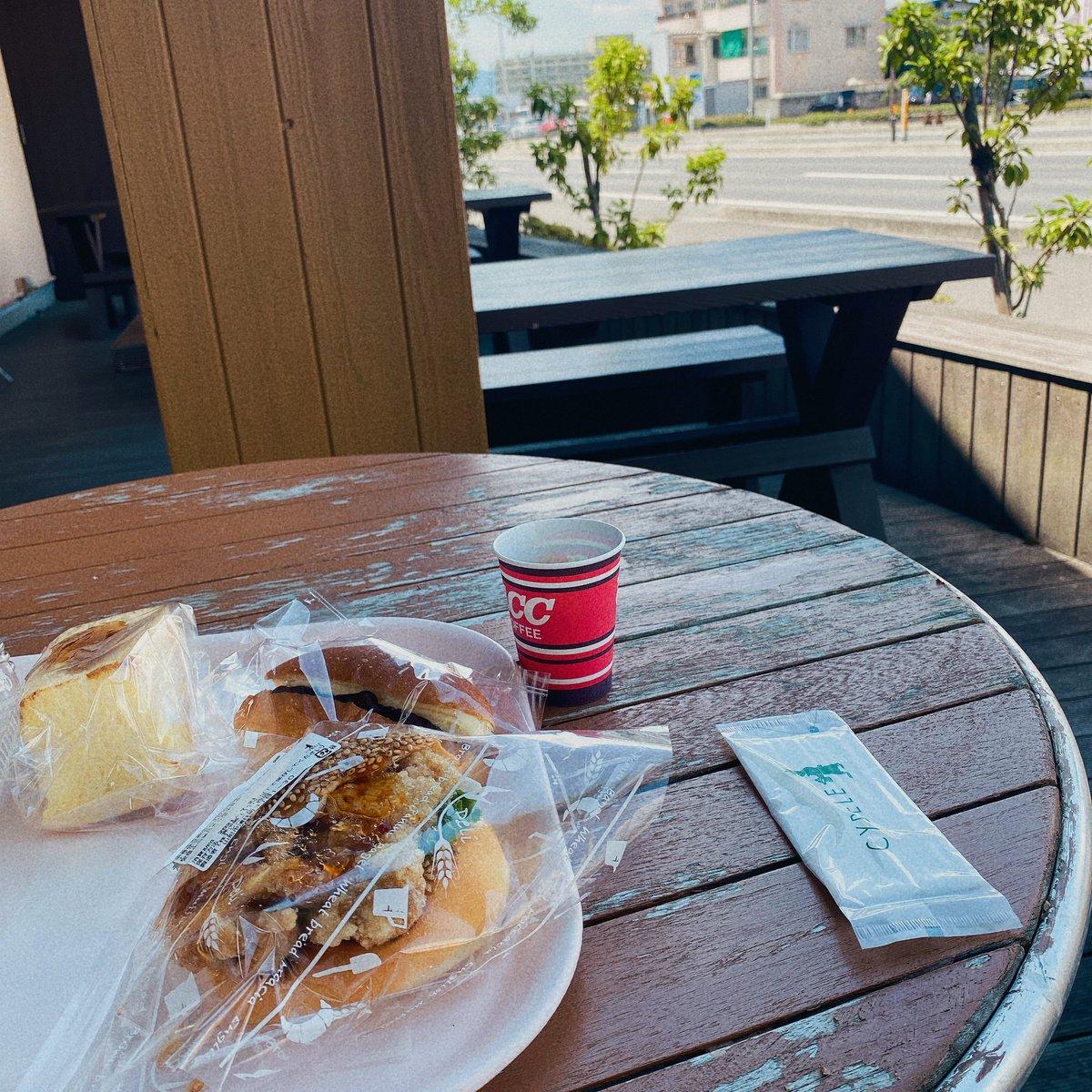 test ツイッターメディア - シベール西店のテラスでパン食べた。 すごーく暑いかと思ったけど時々風が吹いてきた。けど暑い。 https://t.co/4kZHTnNenK