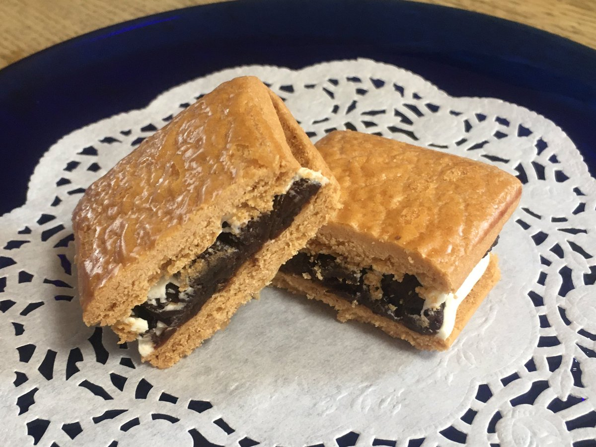 test ツイッターメディア - 鎌倉小川軒さんのレーズンウィッチ。フォロワーさんのトークを見て食べたくなり、Get(笑) 買ったら1個おまけ貰えた👍 開けるとバタークッキーの良い香り😊レーズンがたっぷり挟まってる😆 生地はシットリしてて、レーズン、クリームと一体感があり、丁度良い甘さで美味。アーモンドの歯応えも 良い。 https://t.co/IjrPUHWemj