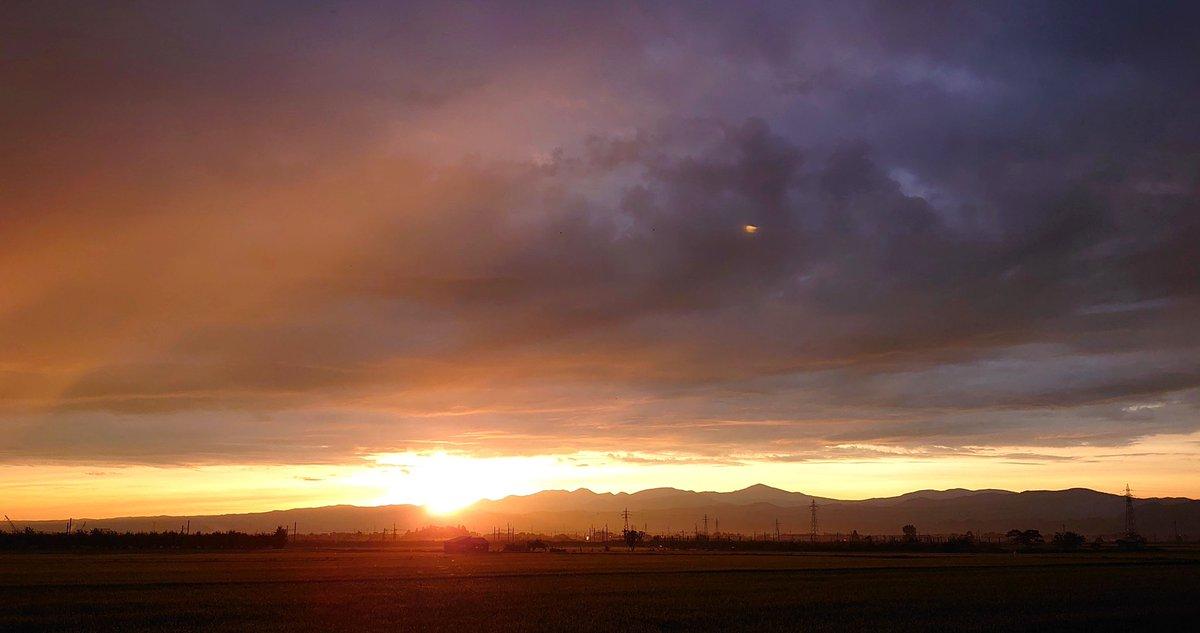 test ツイッターメディア - @polano1718 #見事な朝焼け  \🧡/ ☁*°🌝      令和3年 7月 23日 (金)  📷 2020年 7月21日  朝 4時38分  おはようございます🎶 今日の空は光を 含んだ白っぽい青空です🤍 そこで昨年の今頃の美しい朝の風景をお届けします 八甲田の山並みからの日の出☁️雲の色が本当に奇跡のようでした♡(*゚▽゚*)♪〃 https://t.co/T425e9D6Tr