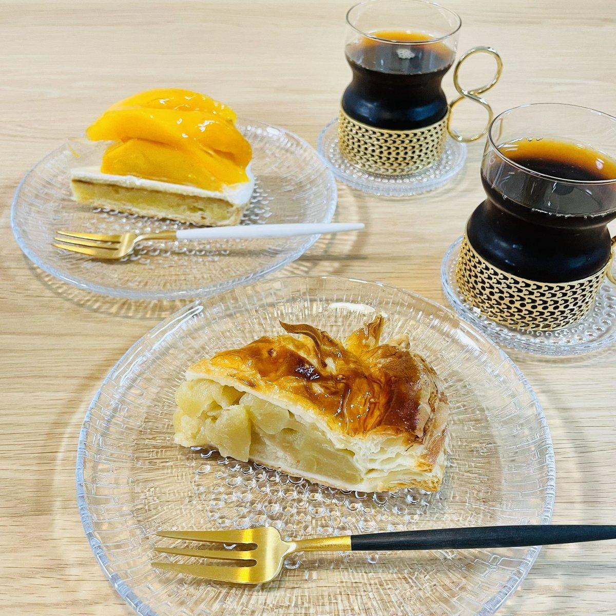 test ツイッターメディア - 近江屋洋菓子店さんの #アップルパイ と #マンゴータルト で朝ごはん😋 沖縄産のマンゴーは甘くて濃厚❤️ アップルパイはバター香るパイ生地と甘酸っぱいフィリングの相性抜群✨ 両方ともとっても美味しかった😍  #近江屋洋菓子店 #神田 #淡路町 #小川町 https://t.co/TezEnuoKo8