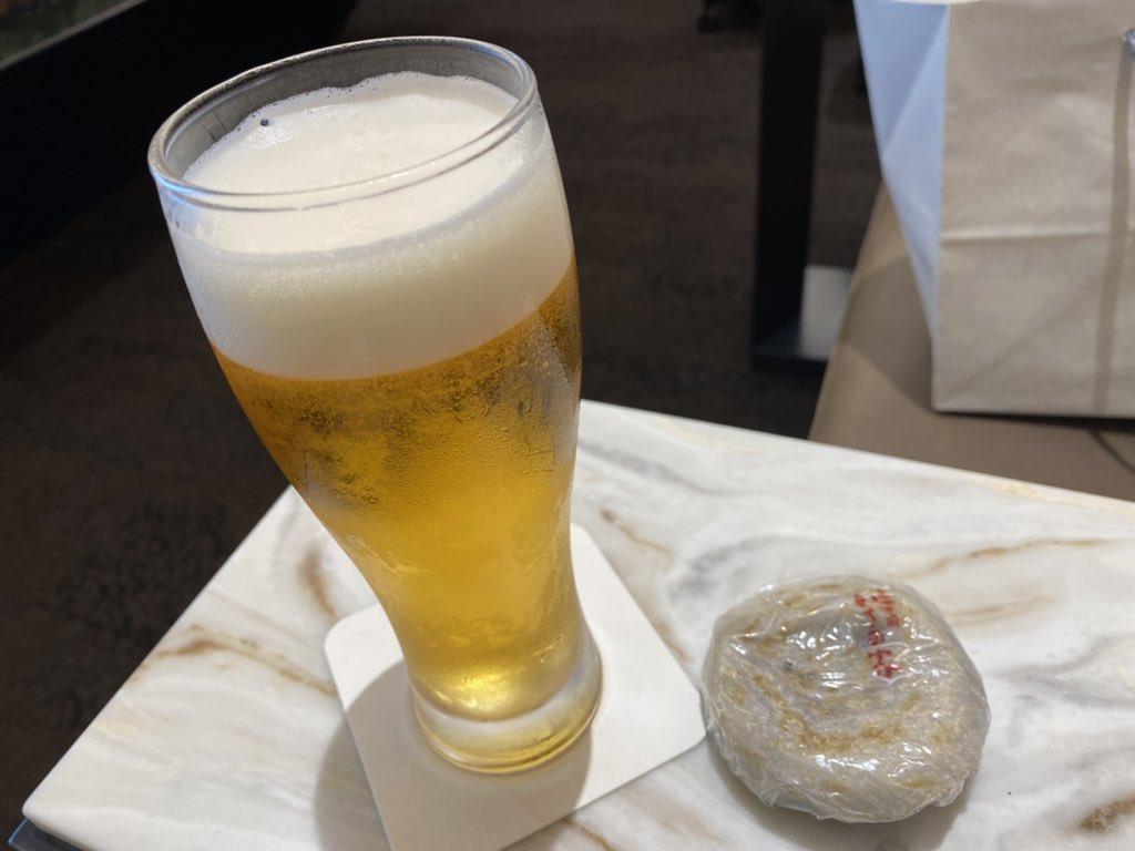 test ツイッターメディア - 前日に予約しておいた明太フランスを引き取り、初の福岡空港ラウンジへ。窓から飛行機が見えて大迫力でした🤩 ラウンジでお酒飲めたの何ヶ月振りだろう(ˊᵕˋ).。oO 梅ヶ枝餅が昨日太宰府で食べた同じかさの家だったので、機内食が出るのについ無意識に手が伸びてしまいました… https://t.co/SFz0YEy6il