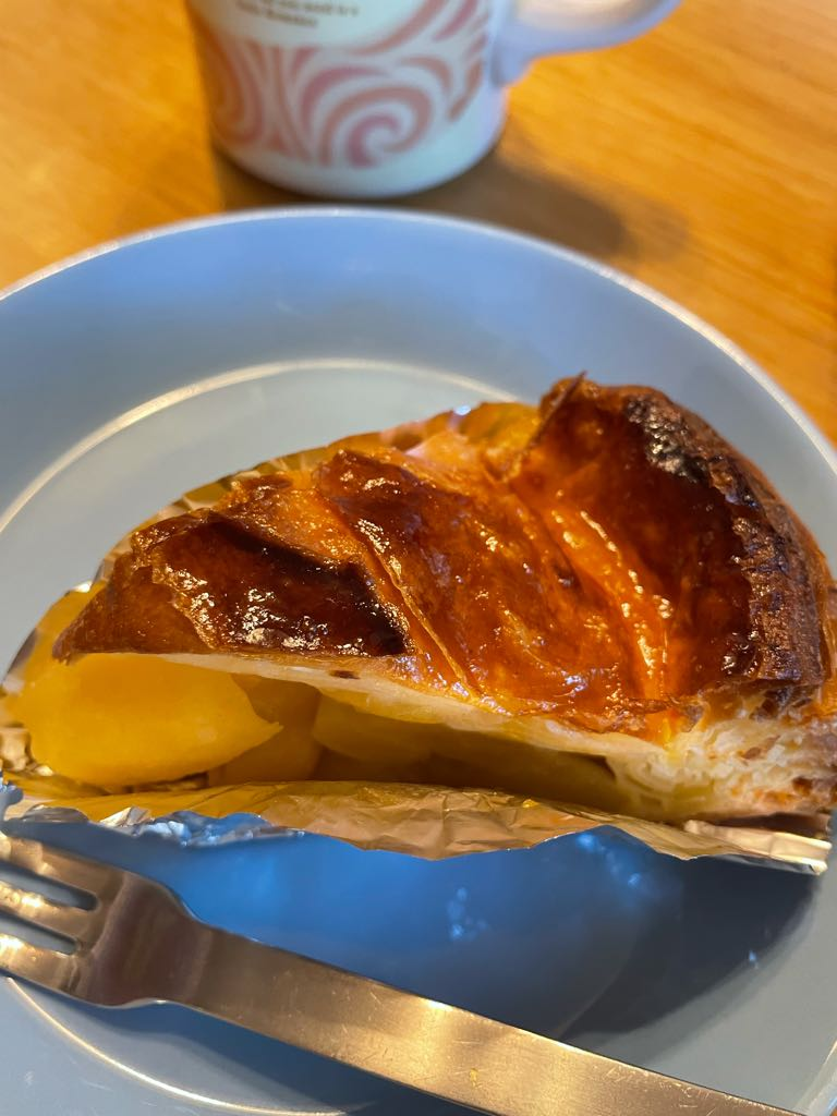 test ツイッターメディア - 今日のおやつは近江屋洋菓子店さんのアップルパイ🥧🥳 個人的に不動の最推しアップルパイなんですけど毎回このカットもうちょっと食べたい〜〜ってなるのでもうホール買うしかないんじゃと思う次第 次はもっと早い時間に行こう٩( ᐛ )و https://t.co/cQs8cs1dLd