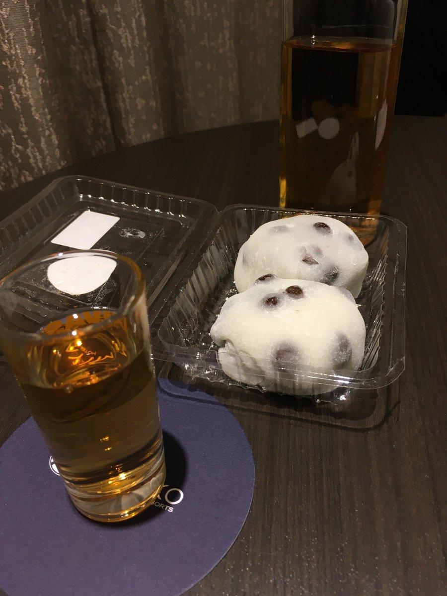 test ツイッターメディア - 京都伊勢丹で昼にピックアップした出町ふたばの豆餅をスコッチで。スコッチは自宅からフラスクで持参した。 https://t.co/rL1Y8AC4ot