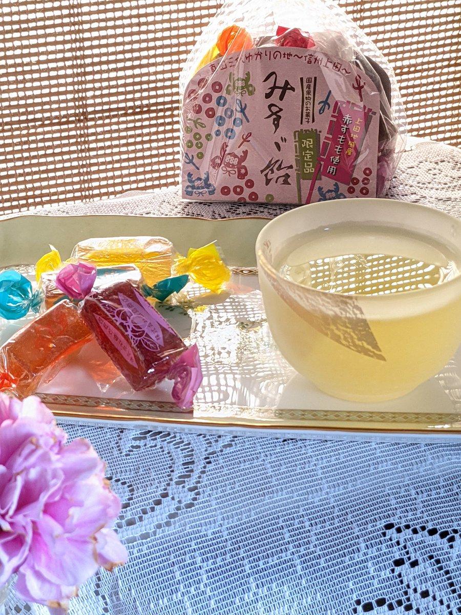 test ツイッターメディア - 小窓に100円ショップのランチョンマットをすだれのように🎶玄米茶にも映り込んで😁30cmのオーブントースターの上。フォロワーさんのみすず飴食べたくなって限定「赤すもも」もぶどうも甘酸っぱいゼリーが美味しい😋 片付けしながら(出したものってなぜか入らない💦)#木漏れ日のお茶会 玄米茶美味し https://t.co/Deb6aTFBtO
