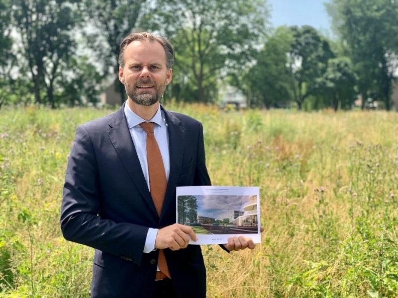 test Twitter Media - Koopovereenkomst getekend voor 61 (zorg)appartementen in Aalsmeer: De gemeente Aalsmeer heeft onlangs een koopovereenkomst getekend voor de bouw van 61 (zorg)appartementen op de Roerdomplaan. Hiermee kan het bouw- en aannemingbedrijf De Heemraad aan de… https://t.co/qMJB8jCp7l https://t.co/wbhOEj7dqF