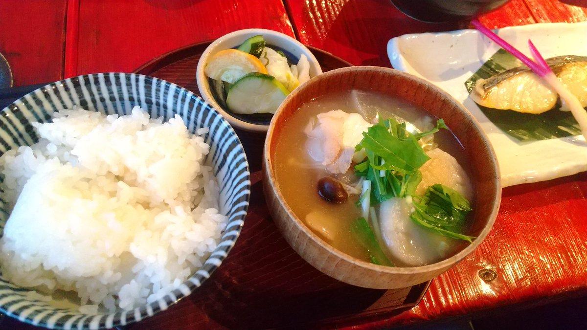 test ツイッターメディア - そういえば!唐松岳登山前夜にいただいた、白馬の郷土料理『おひょっくり』。手羽先で出汁をとったお汁にすいとんのようなお団子と豚肉や野菜を入れて煮込んだもの。優しい味で美味しかった。地酒の白馬錦と共にモリモリと。 https://t.co/6Uzgc5zhg5