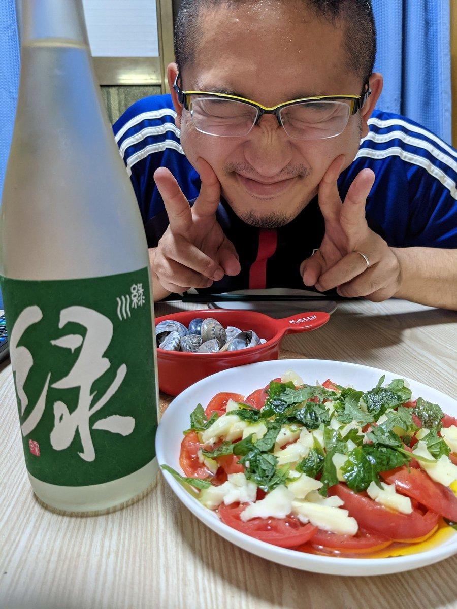 test ツイッターメディア - 今夜は少しお出かけしたので、簡単軽めの晩酌タイム。 でも酒は上物、期間限定販売の緑川酒造さんの美味しい日本酒。 つまみはながらみの塩ゆでとカプレーゼ。 自家製大葉と群馬のモッツァレラと湘南のトマト。素敵コラボで、はい美味い!ご馳走様っ!!!( *´艸`) https://t.co/tCdQsRU0cz