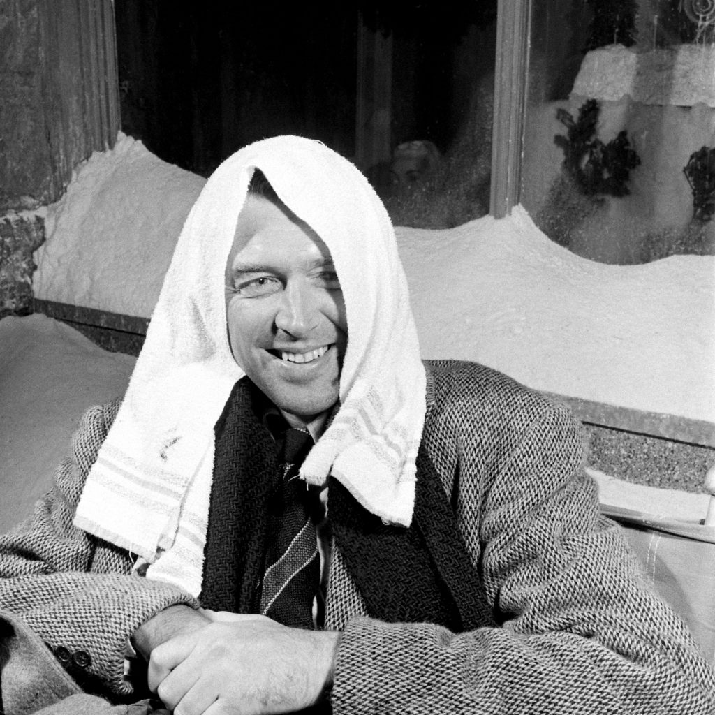 Here is Jimmy Stewart on the set of IT'S A WONDERFUL LIFE (photos by Martha Holmes) https://t.co/jZ8RaxQoaQ