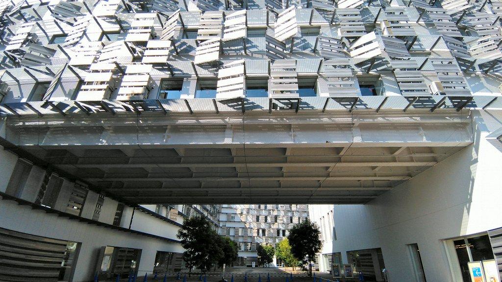 test ツイッターメディア - 東洋大学の赤羽台キャンパス。 手掛けたのは隈研吾さんの設計事務所。 この前の展覧会でもテーマのひとつとなっていた「孔」が見受けられるデザイン。しつこいようだけど赤羽とは思えない。隣にも新校舎を建ててるらしい。 https://t.co/CBwnUF1oVm https://t.co/uNk4yG35NW