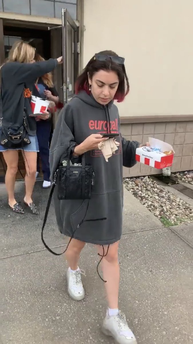 RT @cryzsztal: the balenciagas.... the kfc.... money coming out of her purse.... dhskshkssk https://t.co/i28PSUtj86