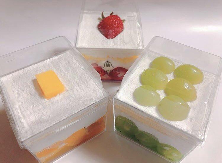 愛知県名古屋PARCO西館7Fにあるお店『ビジュレ プレゾンテ パー ア・ヌーパリ』の、かわいい箱に入ったカップケーキ✨  ストロベリー、マスカット、マンゴーの3種類あります!