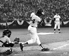 Henry Aaron hits a homer in the sixth inning of the All Star game in Atlanta, Ga., July 26, 1972. https://t.co/OqtcjHMzgz
