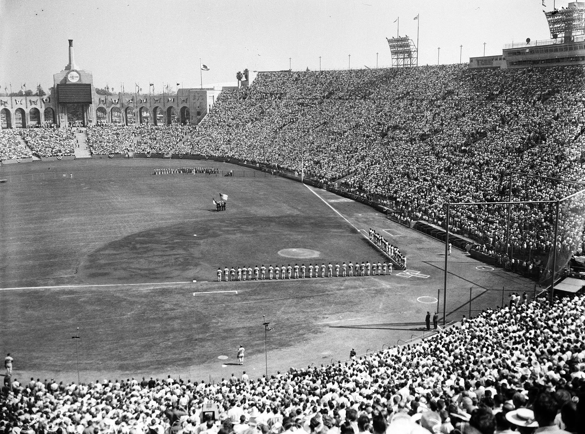 Los Angeles Memorial Coliseum, Oct 4, 1959 - Another historic moment in a very historical time period for Dodgers, a record crowd of 92,364 are witness to first World Series game played in the state of California. LA beat White Sox in Game 3 by 3-1 score to take a 2-1 games lead https://t.co/KgXtGzHGRs