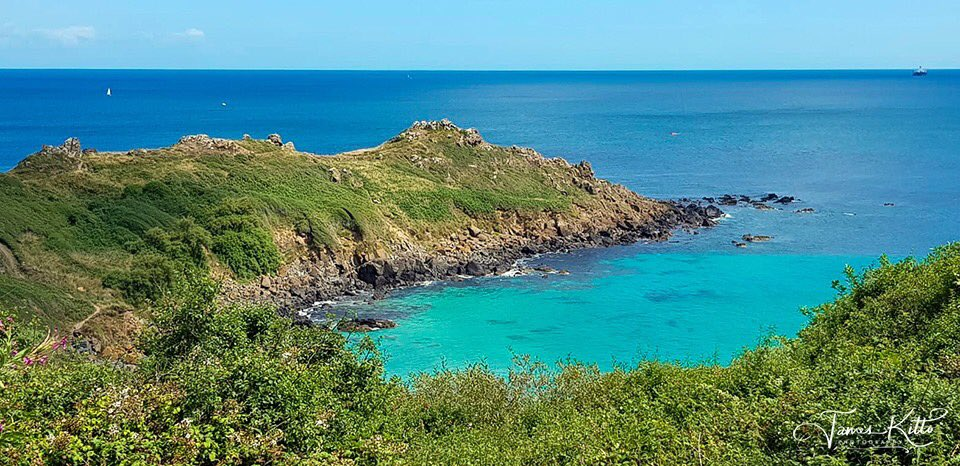 Chynhalls Point, near Coverack on a sunny July afternoon - blue skies & aquamarine waters.The site of an Iron Age cliff castle.   © James Kitto Photography 2019 Please feel free to 'Like' & 'Retweet'. #Cornwall #Cornishsummer https://t.co/9WxaJEWpuI