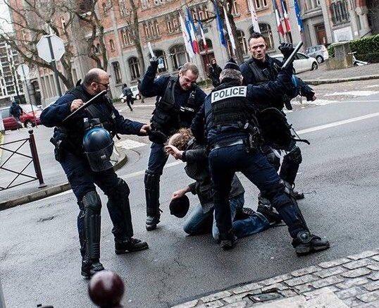 #SelonlIGPN, ces policiers pratiquent un massage relaxant à l'huile de Jojoba.