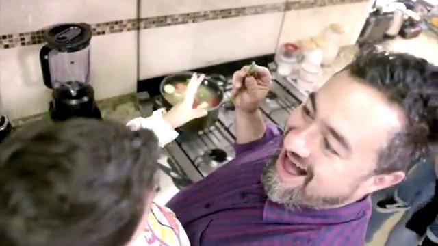 El chef @antoniodelivier, de Familias frente Al Fuego, conoce la importancia de que los padres apoyen a sus hijos a desarrollar sus talentos. Si tienes dudas envía la palabra CONSEJOS al 26262 desde tu teléfono celular y recibirás la información que hemos preparado para ayudarte https://t.co/MecvrPb8Kp