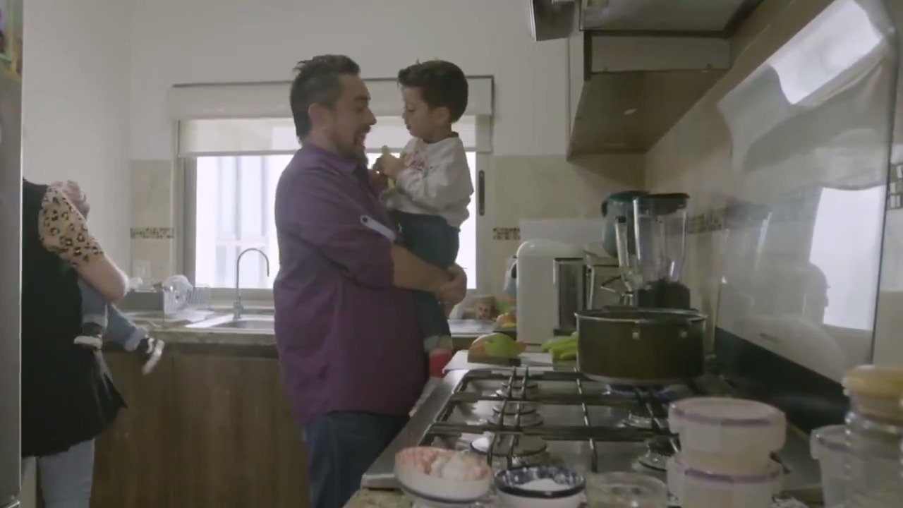 Como padre de niños pequeños el chef @antoniodelivier, de Familias frente Al Fuego, está muy interesado en ayudarlos a que desarrollen todo su potencial. Envía la palabra 'CONSEJOS' al 26262 para recibir información sobre cómo impulsar a tus hijos. https://t.co/9S9HLjjrrf