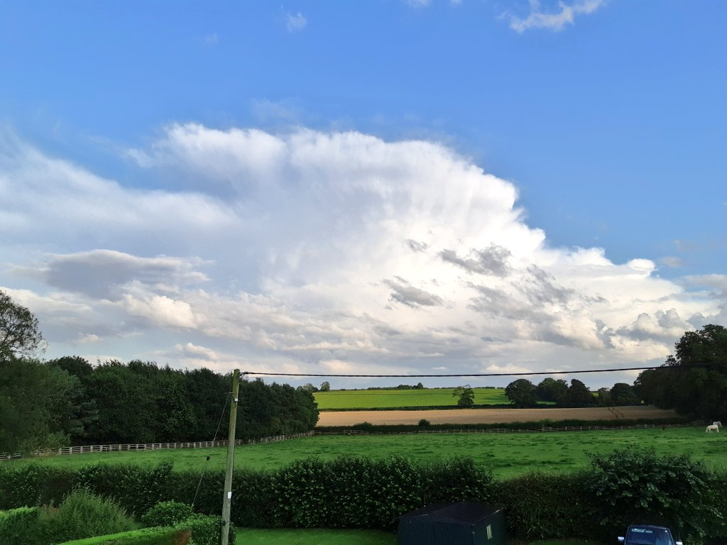 Beautiful decaying cumulonimbus cloud to my south with some faint mammatus. @JonMitchellITV @Hudsonweather @WessexWeather @Shantelle_JJR @metoffice @CloudAppSoc https://t.co/xPx5BN6W2N