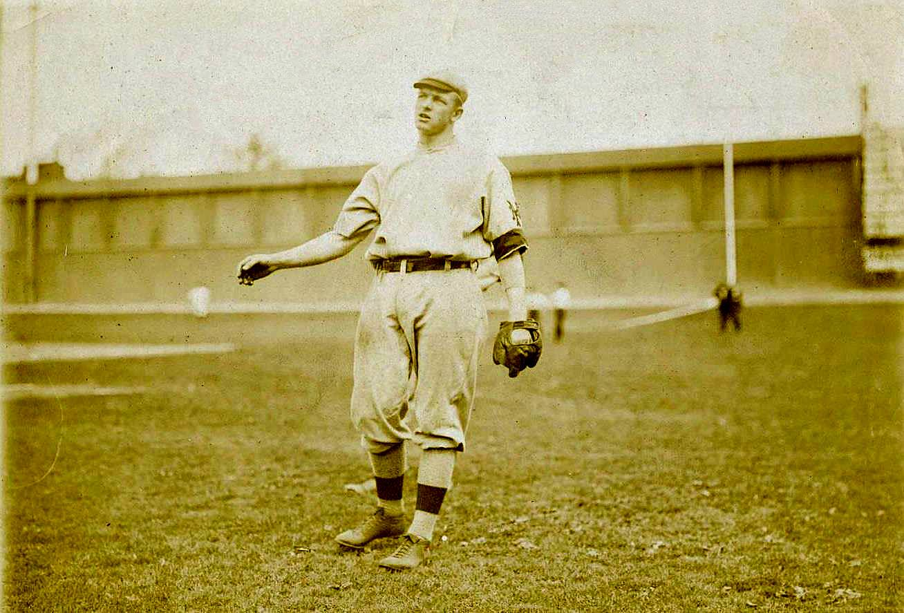 Born #OTD in 1880 in Factoryville, Pennsylvania was the affable Christy Mathewson, winner of 373 games and owner of a 2.17 ERA over a 17 year career. Here in 1909 the New York Giants Hall of Famer is warming up at the Baker Bowl in front of its famous right field wall https://t.co/NlFVzvjp1h