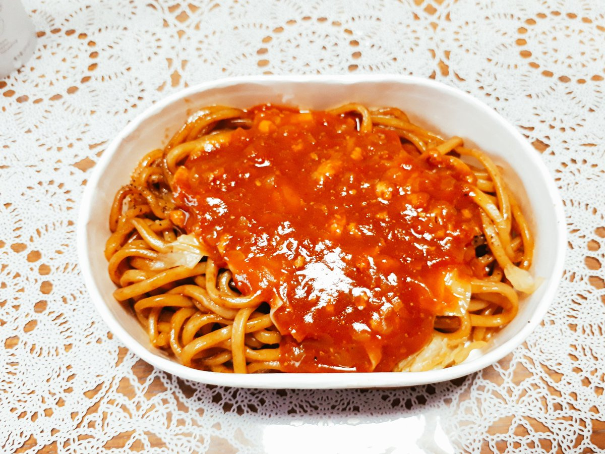 test ツイッターメディア - お昼だよー。 太麺の焼きそばにミートソースがかかってる…これ【イタリアン】って名前みたいだ。どんな感じなんだろう…あれっ 美味しい!麺はモチモチしててソースと良く合うねえ。 シュガーバターの木はザクザクとしたシリアルにホワイトチョコが挟まっていて濃厚な味わいだったよ。 https://t.co/FVB4fWbbvX