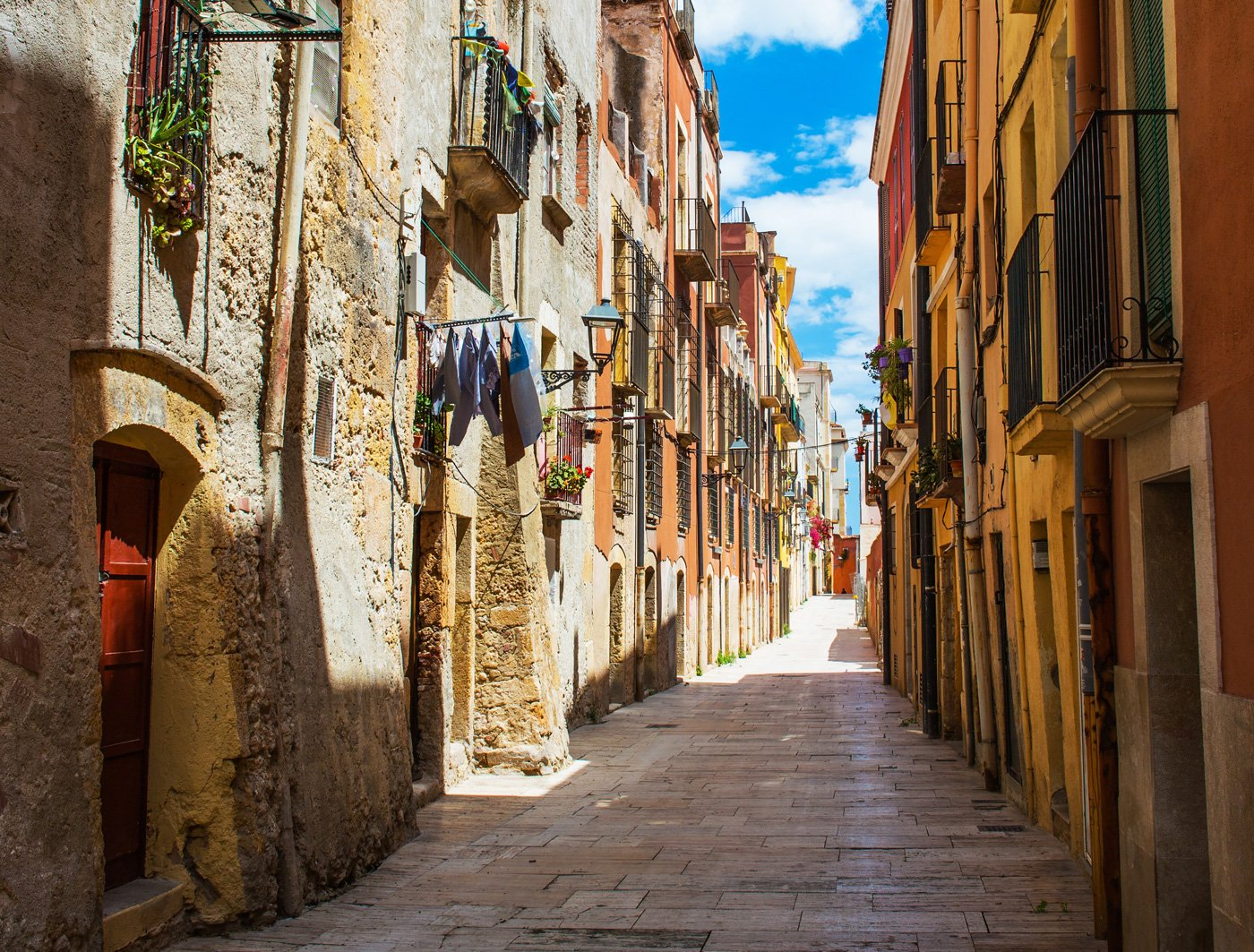 A colorful street in #Tarragona old town   #travel #streetphotography #Catalonia https://t.co/MrHgGlUIeB