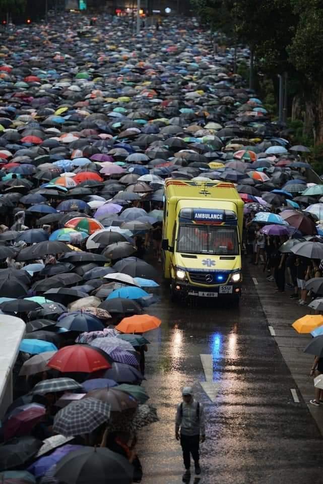 test ツイッターメディア - 昨日、大雨の中、170万人が集まりました。  香港市民の5つの要求: 1. 改正案の完全撤回 2. 警察と政府の、市民活動を「暴動」とする見解の撤回 3. デモ参加者の逮捕、起訴の中止 4. 警察の暴力的制圧の責任追及と外部調査実施 5. 林鄭月娥の辞任と民主的選挙の実現  写真:apple daily, initium media https://t.co/LcgZPP1kQ4