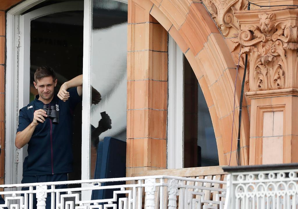 What are you looking for @chriswoakes 👀   #Ashes https://t.co/d7PybVZO59